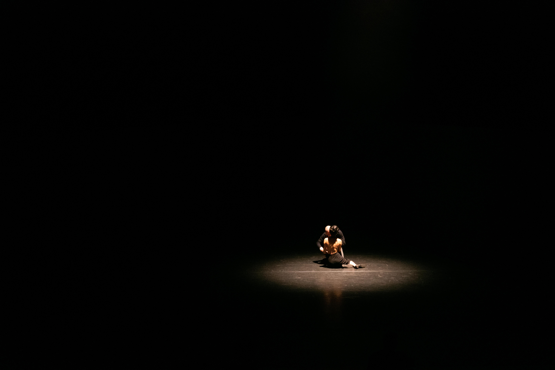 foto: Eva Koopmans  Liefhebben is moeilijk, geliefd worden nog meer. Een groep jonge mannen en vrouwen op zoek naar liefde en geborgenheid. Ze vieren het leven maar doen vergeefse pogingen om elkaar te bereiken. De Groningse beeldend kunstenaar Nina Wijnmaalen maakte met Ich Brauche Liebe een aangrijpende voorstelling over kwetsbaarheid en de complexiteit van intermenselijke communicatie. De zeven spelers en twee muzikanten, een zangeres en een pianist brengen elkaar naar een hoogtepunt en houden ons uiteindelijk een spiegel voor: dit is de manier waarop we met elkaar omgaan.